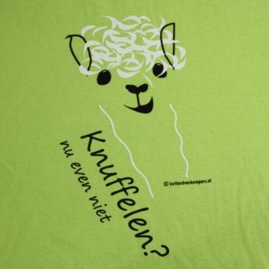 t-shirt-alpaca-knuffelen-nu-even-niet-ronde hals-appeltjesgroen