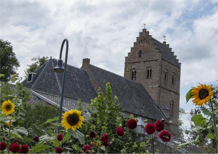 17e-eeuwse kerk in Geesteren Gelderland, met haan en hen op de toren met zadeldak.